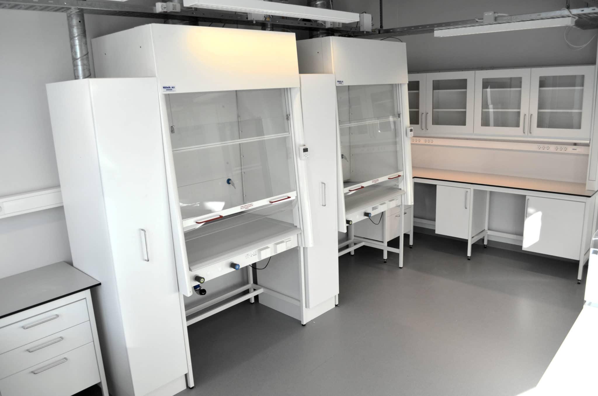 avtrekkskap i laboratorium
