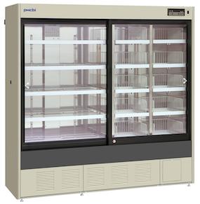 Stort medisinkjøleskap med glassdører og hyller