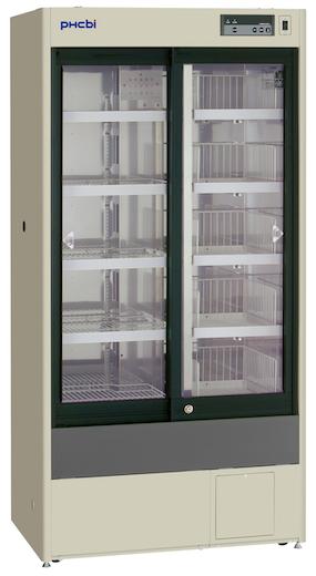 Høyt medisinkjøleskap med glassdører og hyller